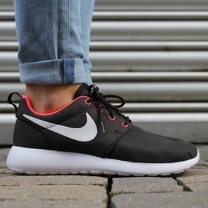NIKE WMNS ROSHE RUN BLACK / WHITE - HYPER PUNCH S9